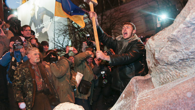 Ukrainian Protesters Toppled Kiev's Lenin Statue Last Night