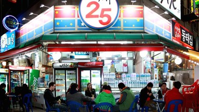 Expats Really Like to Drink in Front of Korean Convenience Stores